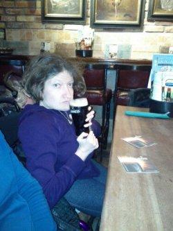 Bevendo la birra. ..