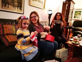 Gaia Giulia e Sabina intente a scartare regali