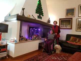 Zia davanti l'albero